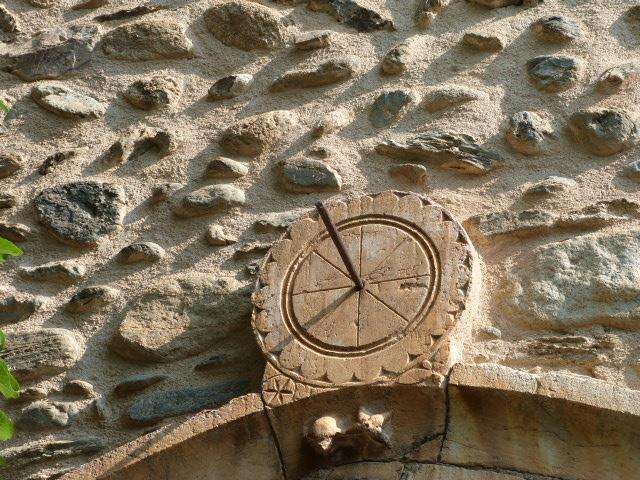 Cadran canonial au dessus de la porte de l'église