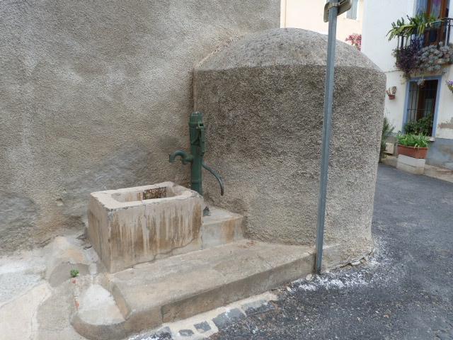 Fontaine et puit - Carrer de la Canal