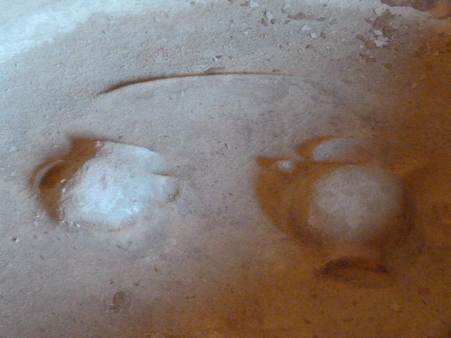 Au fond du bénitier, deux amphores sculptées