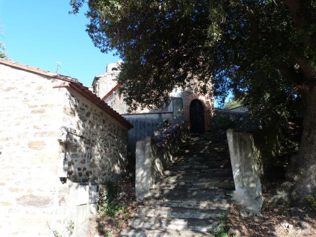 Escalier menant à l'église