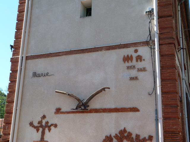 """Sulptures diverses réparties sur """"la rue principale"""" de St Michel"""