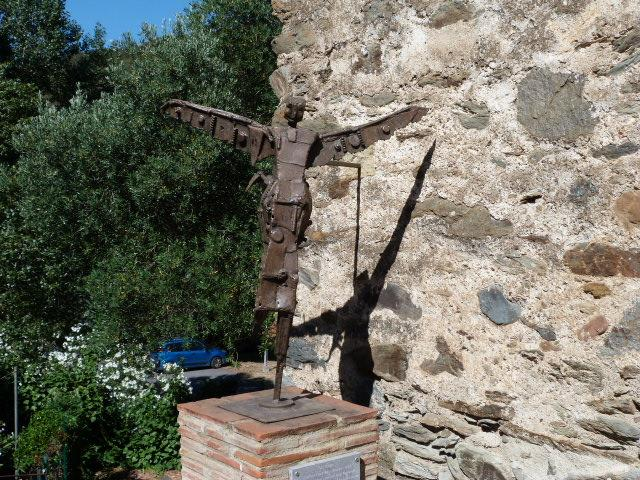 Sulpture de St Michel près de la porte de l'église