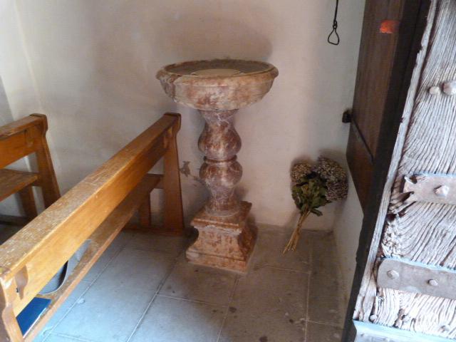 Bénitier en marbre rose local du XVIIIème siècle