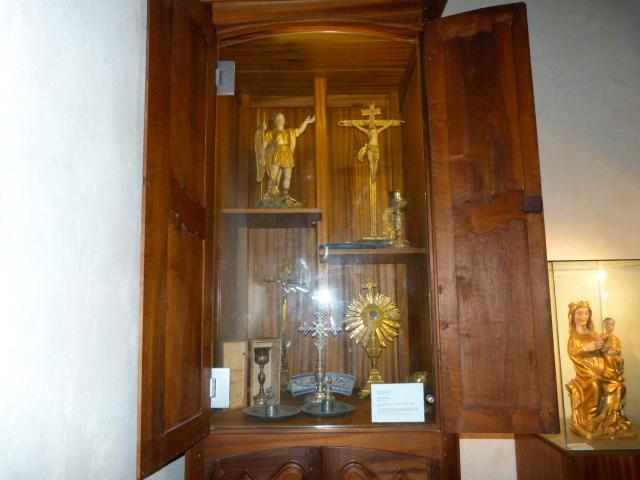 Statue et divers objets d'église