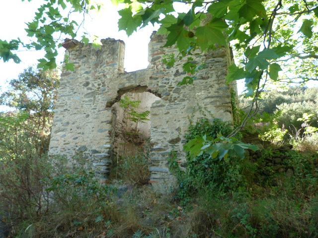 Ruine près de la chapelle