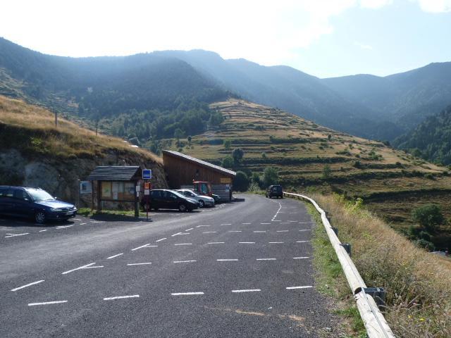 Aire de stationnement obligatoire pour se rendre au village