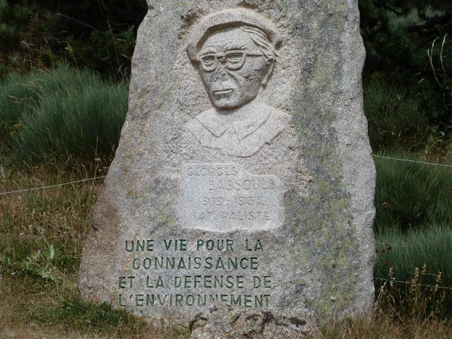 Pierre commémorative pour Georges BASSOULS, près de la table d'orientation