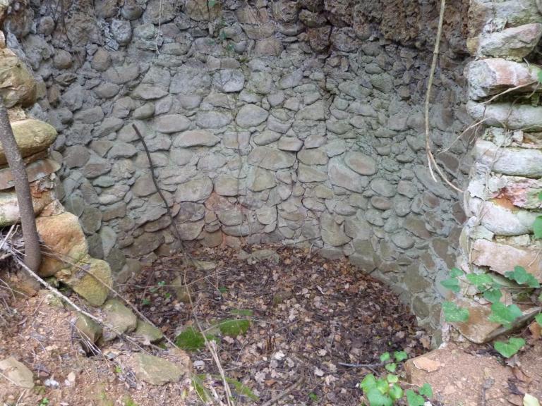Ruine d'un bâtiment avec sa citerne d'eau. La citerne...
