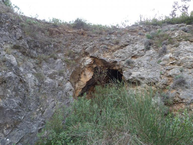 Entrée d'une grotte prise au zoom.